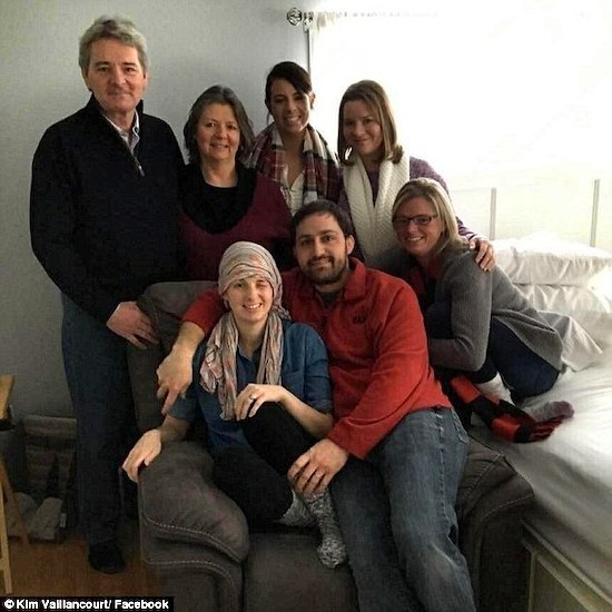 Ким и ее муж, окруженные тремя ее сестрами и другими родственниками. Фото: «Mail Online»